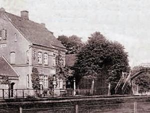 """re. die Fußgängerbrücke zum Restaurant """"Waldhaus Bloh"""""""