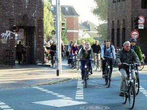 Oldenbürger auf dem Weg in die Innenstadt